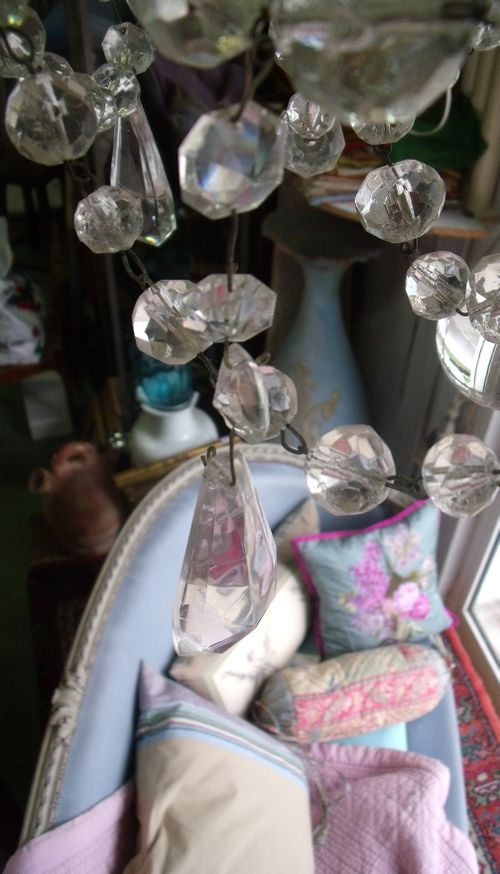 Cristal chandelier and marie antoinette sofa