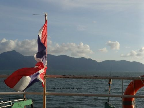 Thai flag au vent sur le ferry de koh chang
