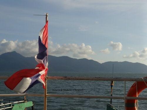 Thai flag au vent sur le ferry de koh chang