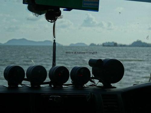 Voiture embarquée sur le ferry pour Koh chang