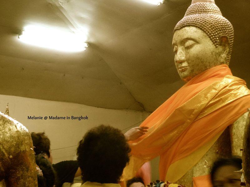 Wat sothon boudha habillé